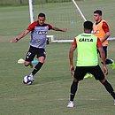 Yago, com a bola, cercado por Edcarlos e Andrigo