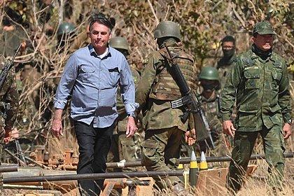 Bolsonaro ontem, acompanhando exercício militar
