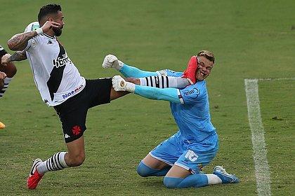 Douglas precisou deixar o campo após receber choque forte do zagueiro Leandro Castan