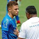 Edson conversa com Roger durante treino. Jogador vai ganhar nova chance na equipe principal do Bahia