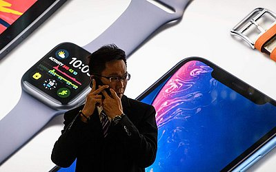 Loja da Apple em Hong Kong. Os estoques caíram desde ontem quando as empresas de tecnologia foram atingidas pela decisão da Apple de reduzir a sua receita para o trimestre que inicia em dezembro, citando a desaceleração das vendas chinesas.