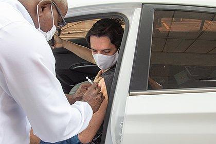 Brasil tem 24,36% da população com a vacinação completa contra o coronavírus