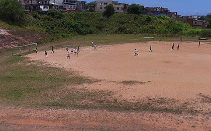 O campo da Vila Canária atualmente é de terra; após a reforma será de grama sintética