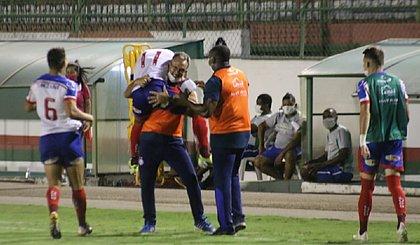 Cláudio Prates comemora gol na vitória do Bahia sobre o Doce Mel
