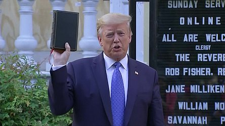 Donald Trump visita nesta segunda (1º) igreja danificada durante protestos em Washington
