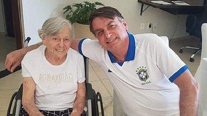 Mãe de Bolsonaro recebe segunda dose da CoronaVac em São Paulo