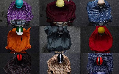 Montagem mostra as capas de chuvas usadas pelos motociclistas em Hanoi, no Vietnam