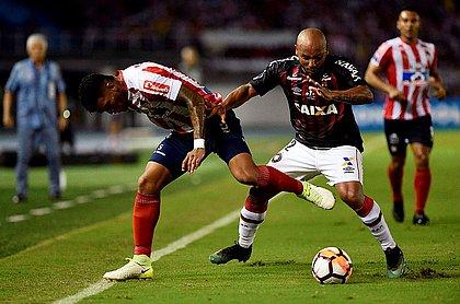 Pérez e Jonathan disputam bola durante jogo na Colômbia