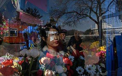 Banca de flores em Pyongyang tem suas vendas aumentadas com o feriado do Dia da Mulher.