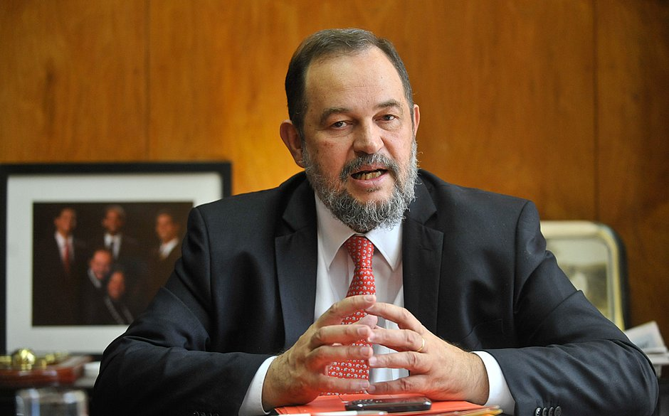 Acidente de carro na Itália mata embaixador do Brasil no Líbano