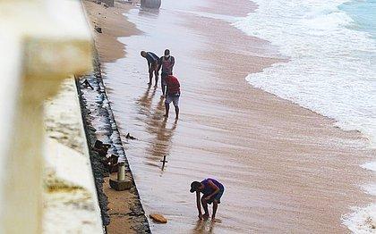 'Piratas' da Barra: grupo fura bloqueio para buscar 'tesouros' na praia do Farol