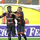 Jordy Caicedo e Thiago Carleto comemoram