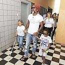 Carlinhos Brown com crianças que estudam no ICB