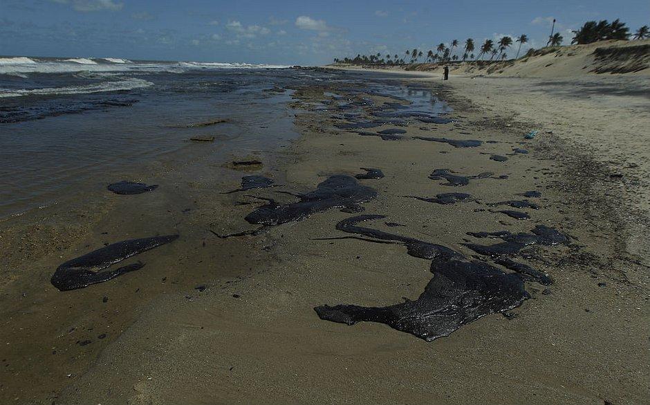Óleo chega às praias do Litoral Norte da Bahia