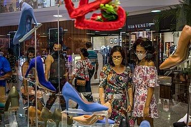 Adriana (mãe) e Andresa Cavalcanti (filha) pesquisam os preços