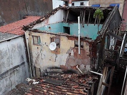 Casarão desocupado desaba no bairro do Tororó