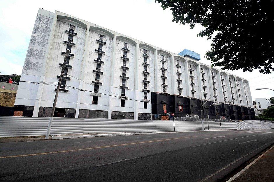 Salvador Praia Hotel começa a ser demolido nesta segunda (13), na Orla