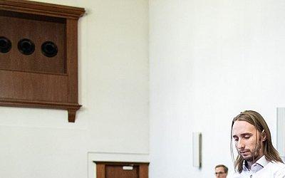 Sergej W. momentos antes do veredito de seu em seu julgamento, em Dortmund, Alemanha Ocidental.  Ele é acusado de ter jogado uma bomba no ônibus do clube de futebol Borússia Dortmund à caminho de um jogo da Liga dos Campeões.