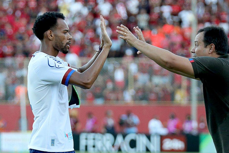 Anderson cumprimenta o técnico Dado Cavalcanti após fazer gol no Ba-Vi