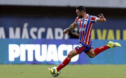 Gilberto em lance do jogo Bahia 4x0 CRB, uma das goleadas do tricolor em Pituaçu na temporada