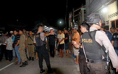 Policiais da Indonésia averiguam a casa de um militante oposicionista em Sibolga na Ilha de Sumatra, suspeito de ter matado a mulher e dois filhos num atentatdo suicida à bomba.