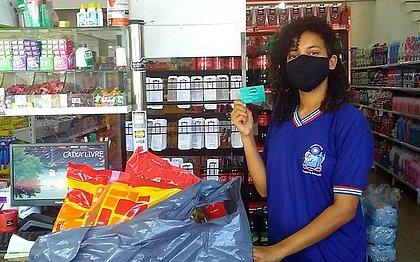 Estudantes começam a fazer compras com vale-alimentação estudantil