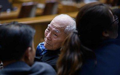 Lee Choon-Shik (C), vítima de trabalhos forçados pelo Japão que à época dominava a Coréia  entre 1910 e 1945, chega ao STF em Seul para a audiência de pagamento da indenização sobre o trabalho forçado em tempo de guerra.