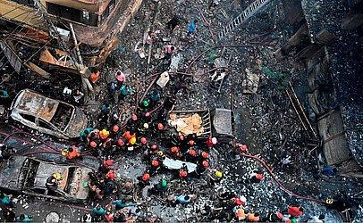 Socorristas trabalham na área de um incêndio em Dhaka, onde pelo menos 69 pessoas morreram em vários prédios residenciais que também eram usados como armazéns químicos na parte velha de capital de Bangladesh.