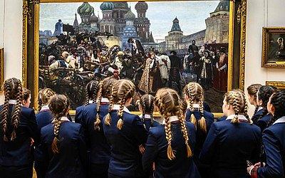 """Estudantes contemplam o quadro """"A manhã da Execução do Streltsy""""  do pintor russo Vasily Surikov, na galeria de Tretyakov."""