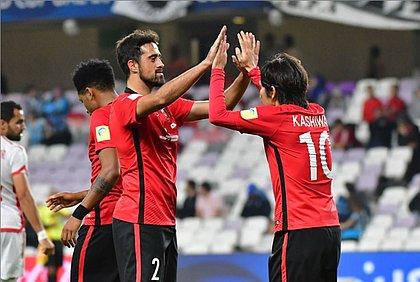 Maurício cumprimenta Kashiwagi após fazer um gol
