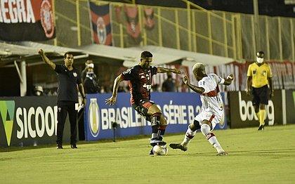 Rodrigo Chagas, ao fundo, orienta equipe do Vitória