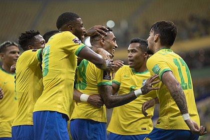Jogadores do Brasil comemoram o gol