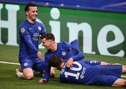 Chillwel, Mount e Pulisic comemoram o segundo gol do Chelsea sobre o Real Madrid
