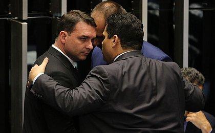 Citados em 'rachadinha' do gabinete de Flávio Bolsonaro continuam com cargos