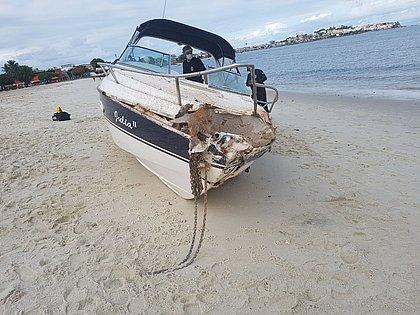 PF localiza lancha com explosivos e troca tiros com bandidos no mar da Ribeira
