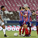 Jogadores do Bahia celebram com Rodriguinho, autor do primeiro gol