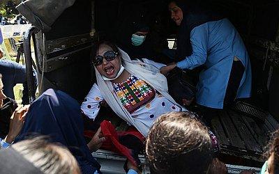 Policiais paquistanesas prendem uma militante do Partido do Povo do Paquistão (PPP), na chegada do ex-presidente Asif Ali Zardari e sua irmã Faryal Talpur que enfrentam acusações de  lavagem de dinheiro em Islamabad.