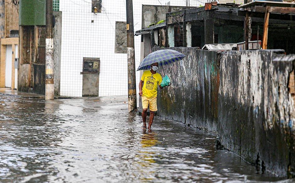Chuvas fortes voltaram a alagar as ruas da cidade.
