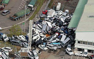 Veículos empilhados, devido aos fortes ventos em Kobe, após o tufão Joebi atingir a costa oeste do Japão