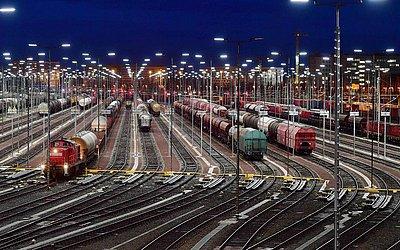 Estação central em Halle na Alemanha Oriental, durante uma greve de advertência de ferroviários.