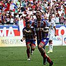 Vinícius corre para comemorar o gol marcado por Edigar Junio na Fonte Nova