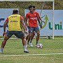 Recém-contratado, meia Bruno Oliveira domina a bola durante treino na Toca do Leão