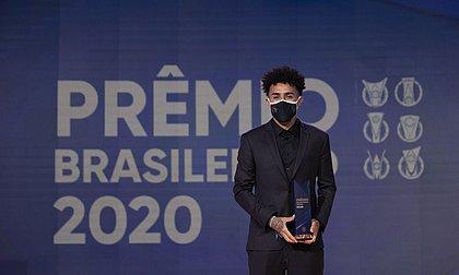 Craque e revelação, Claudinho protagoniza premiação do Brasileiro