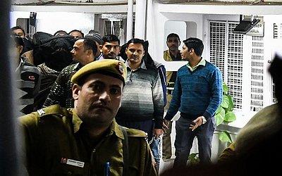 """A Agência de Investigação Nacional  da ìndia (NIA) escolta dez homens suspeitos de serem membros (com máscaras) de um grupo extremista ainda obscuro chamado """"Harkat ul Harb-e-Islam"""" em Patiala, Nova Deli."""