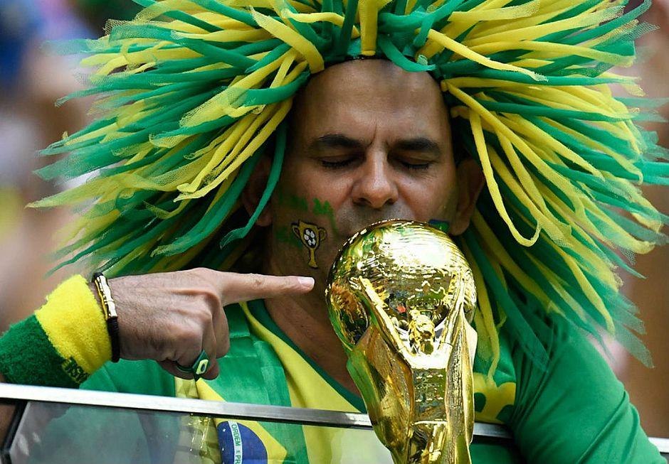 a34d7133da Torcedor brasileiro está confiante no hexa (Christophe Simon AFP)