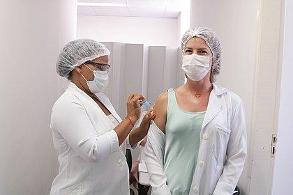 No aguardo de nova remessa, Lauro de Freitas suspende aplicação da 1ª dose