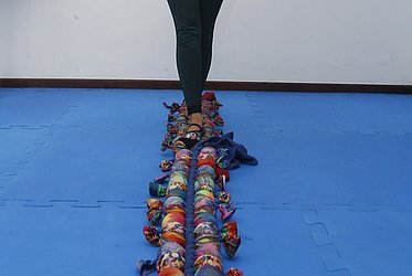 Caminhar sobre a Centopeia é lúdico, trabalha o equilíbrio, a mobilidade dos tornozelos e também funciona como um massageador. Usamos muito nossos pés portanto é comum ter algum ponto no pé dolorido.
