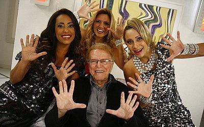 Maurício Sherman posa para foto com Samantha Schmütz, Miriam Martin e Katiúscia Canoro em dezembro de 2009