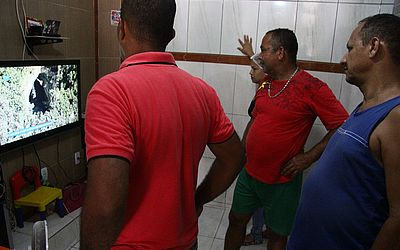 Moradores da pacata Matarandiba acompanha reportagem na TV sobre cratera