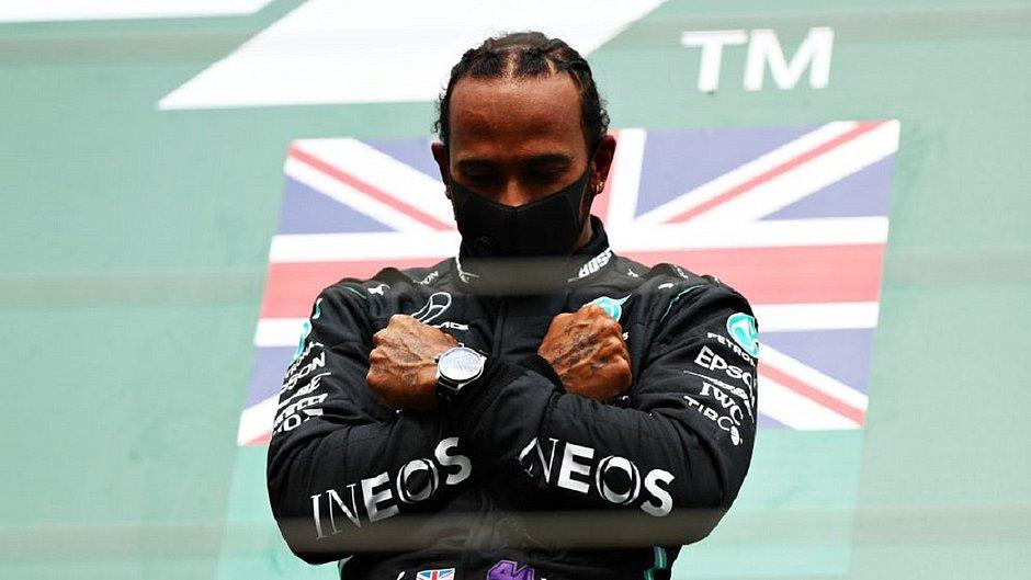 Lewis Hamilton faz o gesto do Pantera Negra em homenagem ao ator Chadwick Boseman, falecido no dia 28